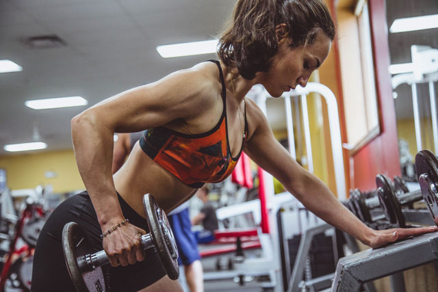 weight lifting woman to illustrate proper form for avoiding injury blog